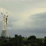 Kijów: park samochodów zamienionych na kwietniki